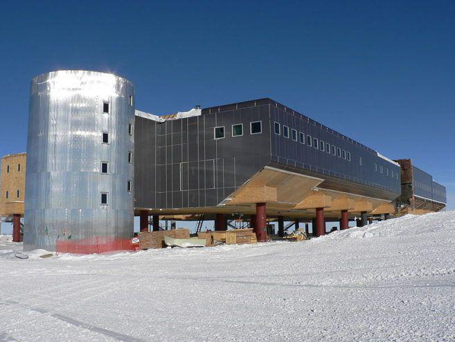 Amundsen-Scott_South_Pole_Station_left_side